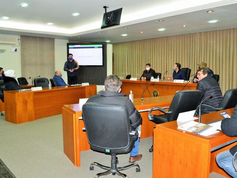 Foto de capa da notícia: Vereadores iniciam treinamento para votação eletrônica nas sessões.