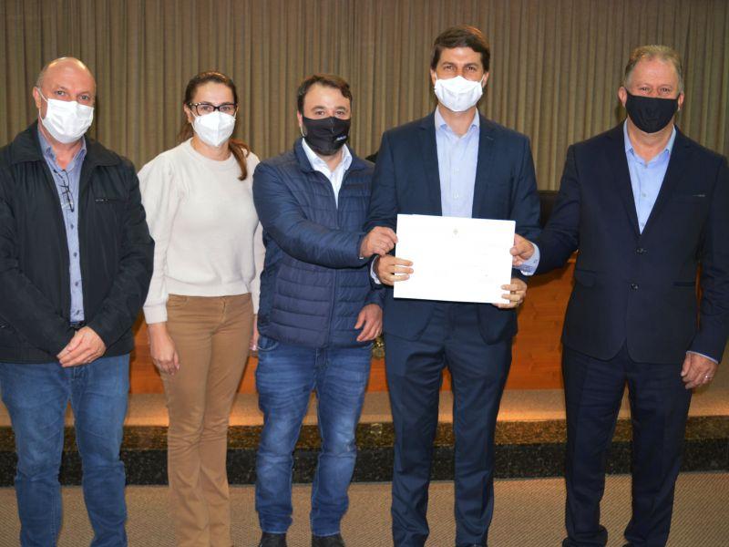 Foto de capa da notícia Prefeito César Ulian recebe Moção de Congratulações na Câmara