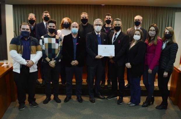 Foto de capa da notícia: Câmara entrega Moção de Congratulações ao jornal O Florense