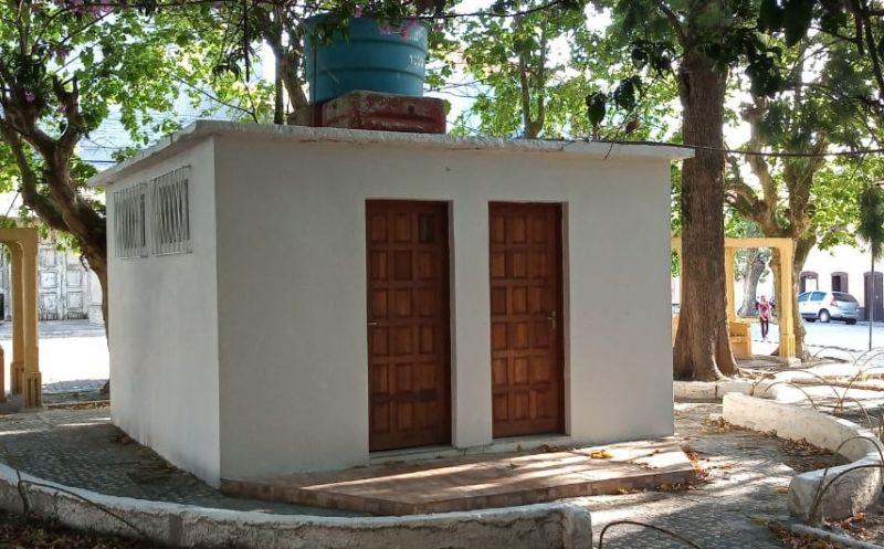 Foto de capa da notícia: Prefeitura revitaliza banheiro da Praça Intendente Francisco José Pereira