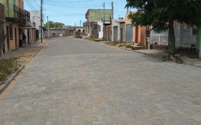Foto de capa da notícia: Rua Saturnino de Souza Velho recebe canalização e pavimentação