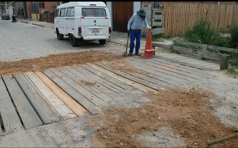 Foto de capa da notícia: Secretaria de Obras realiza reparos na ponte da Rua Ramiro Barcelos