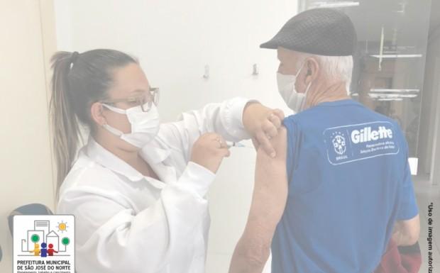 Foto de capa da notícia: Sem filas e aglomerações, SMS está vacinando os idosos acima de 85 anos