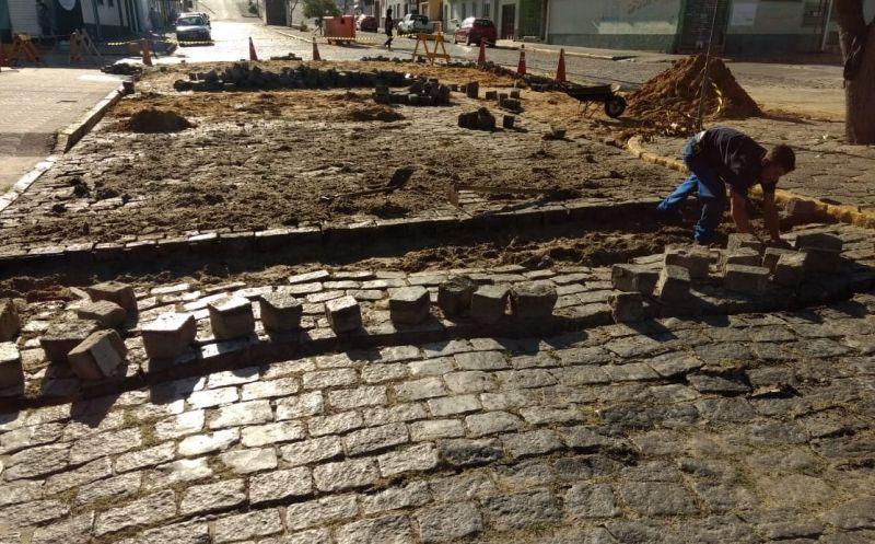 Foto de capa da notícia Recuperação da pavimentação da Estrada da Barra e General Osório continua sendo executada, melhorando a trafegabilidade
