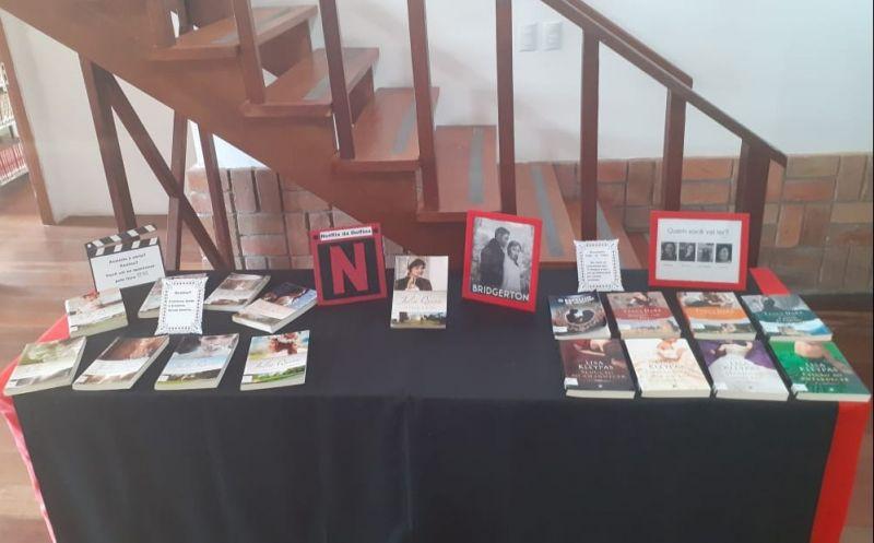 """Foto de capa da notícia: Biblioteca Pública Municipal Delfina da Cunha realiza exposição de maio com o livro que originou a série """"Bridgerton"""""""