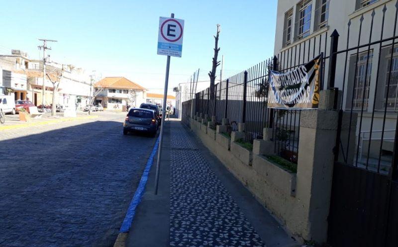 Foto de capa da notícia SMTT realiza pintura de meios-fios em azul para alertar motoristas sobre estacionamento de parada rápida