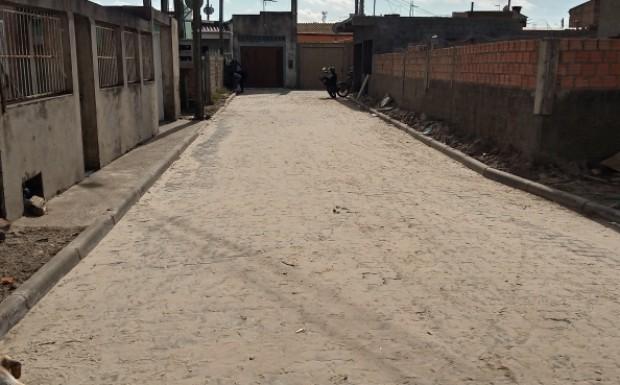 Foto de capa da notícia: Travessa 4 no Bairro Comendador Carlos Santos passa a contar com rede de esgoto pluvial e pavimentação