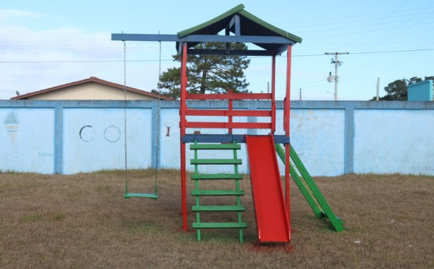 Foto de capa da notícia: Algumas escolas do Município têm seus playgrounds revitalizados