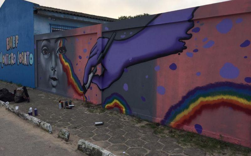 """Foto de capa da notícia Projeto Rolê de Rua dá """"cara nova"""" aos muros da Escola Municipal Monteiro Lobato"""