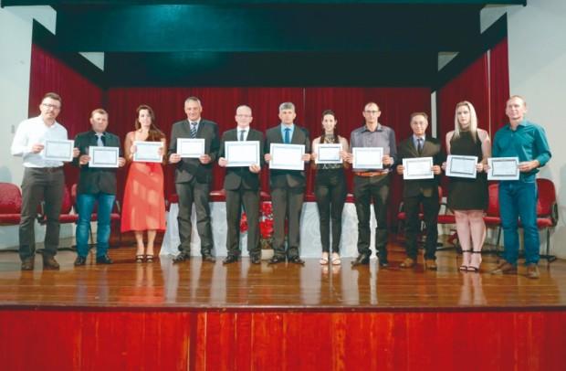 Foto de capa da notícia: Vereadores, Prefeito e Vice Prefeito eleitos tomam posse.