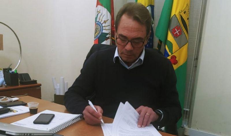 Foto de capa da notícia: PREFEITO ASSINA NORMAS PARA RETOMADA DO ENSINO HÍBRIDO