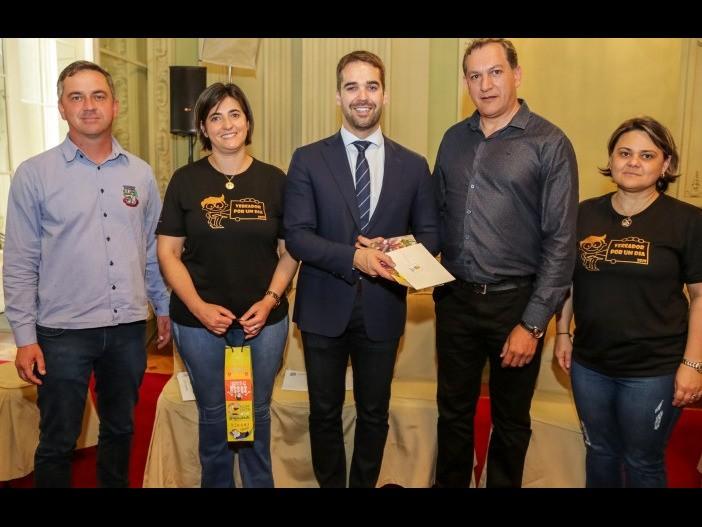 Foto de capa da notícia: Comitiva de Campestre da Serra entrega convite da Festa do Pêssego ao Governador