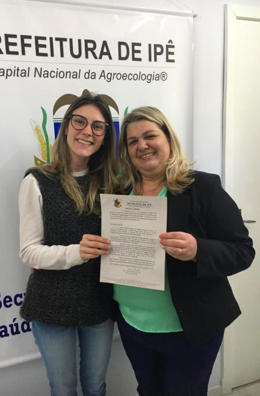 Foto de capa da notícia: Vereadora Gislaine Ziliotto realiza entrega de Moção de Congratulações ao Posto de Saúde de Ipê