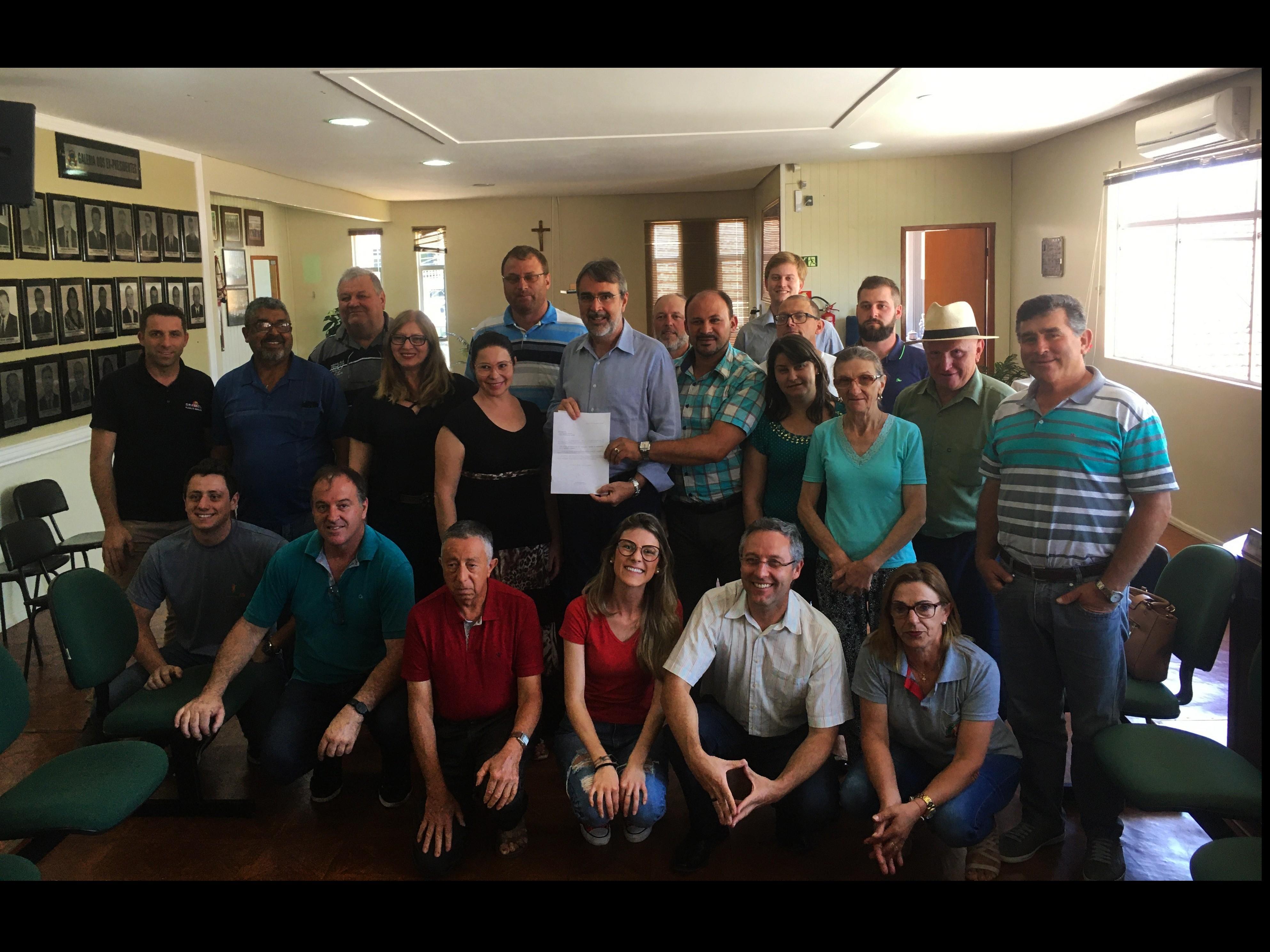 Foto de capa da notícia Deputado Federal realiza entrega de emenda para Agricultura na Câmara de Vereadores de Ipê