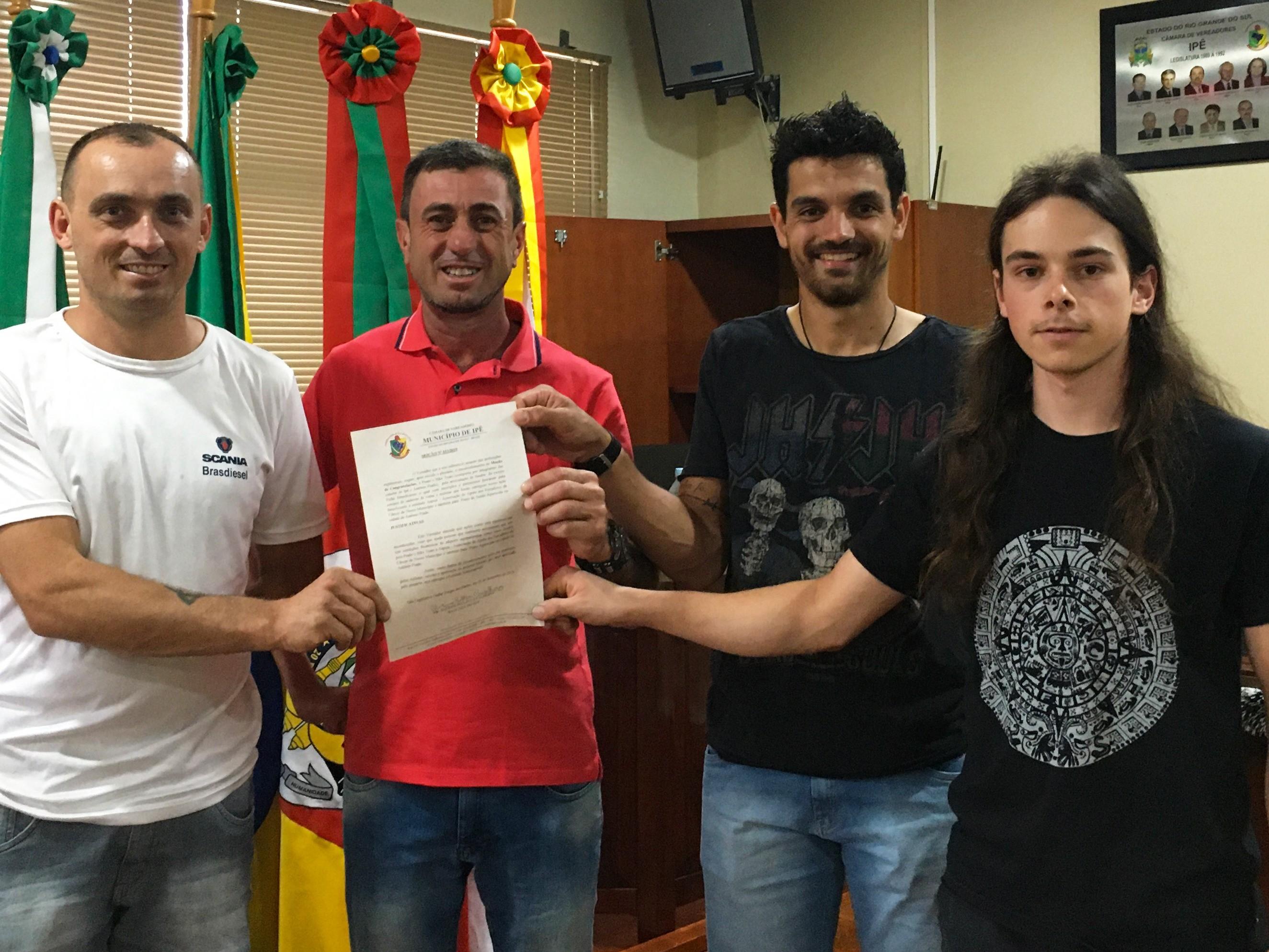 Foto de capa da notícia Vereador Alcione Pellin Cavalheiro (PDT) entrega Moção Nº 011/2019 a membros da Prado's Bike Team