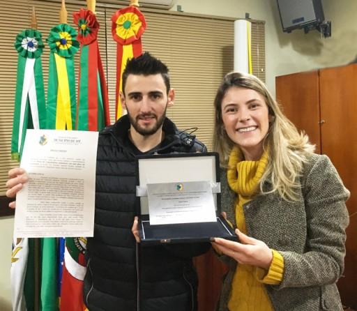 Foto de capa da notícia: Vereadora Gislaine Ziliotto entrega placa de homenagem