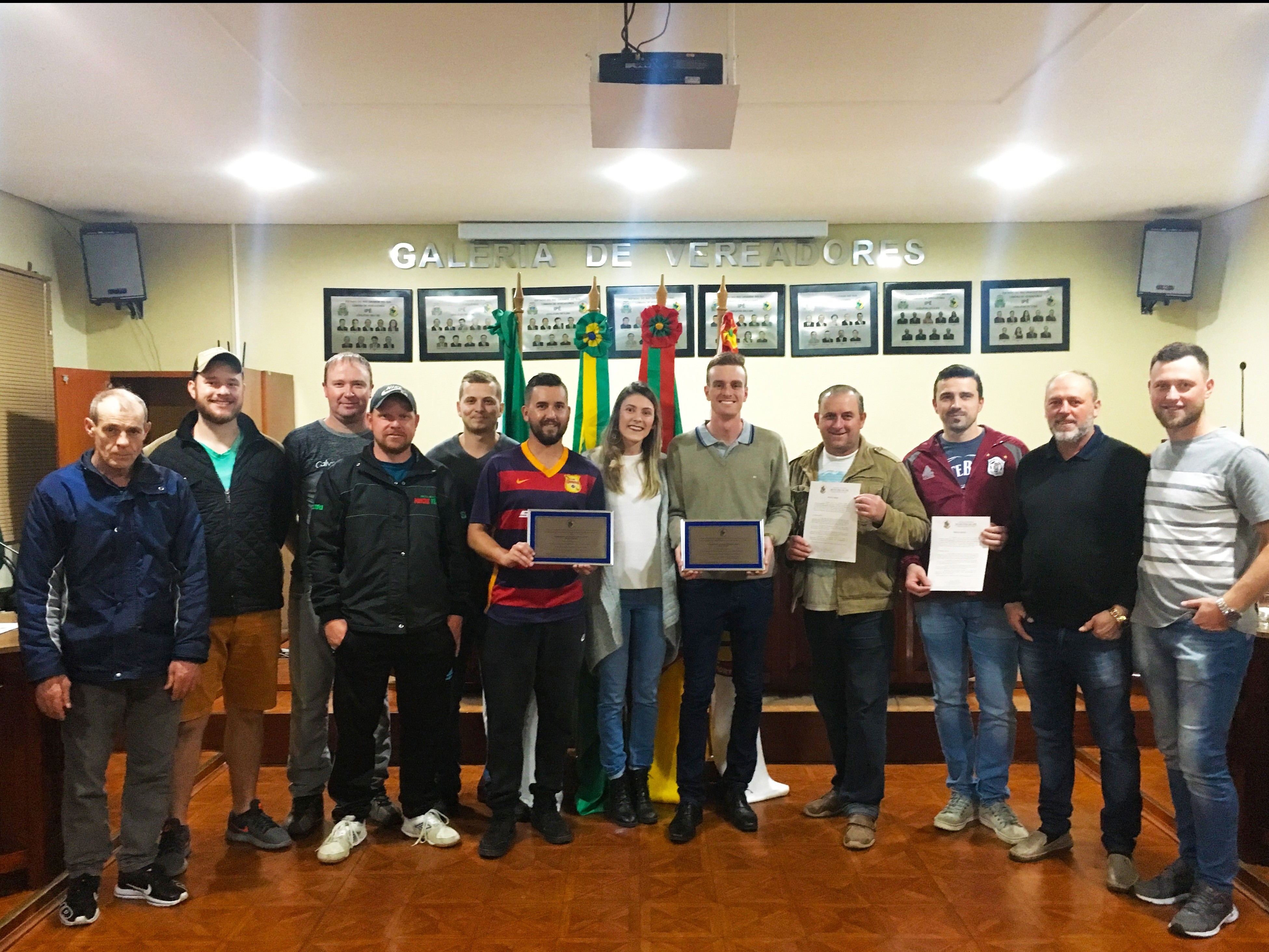 Foto de capa da notícia: Vereadora Gislaine Ziliotto entrega placas de homenagem aos times campeões do Município de Ipê
