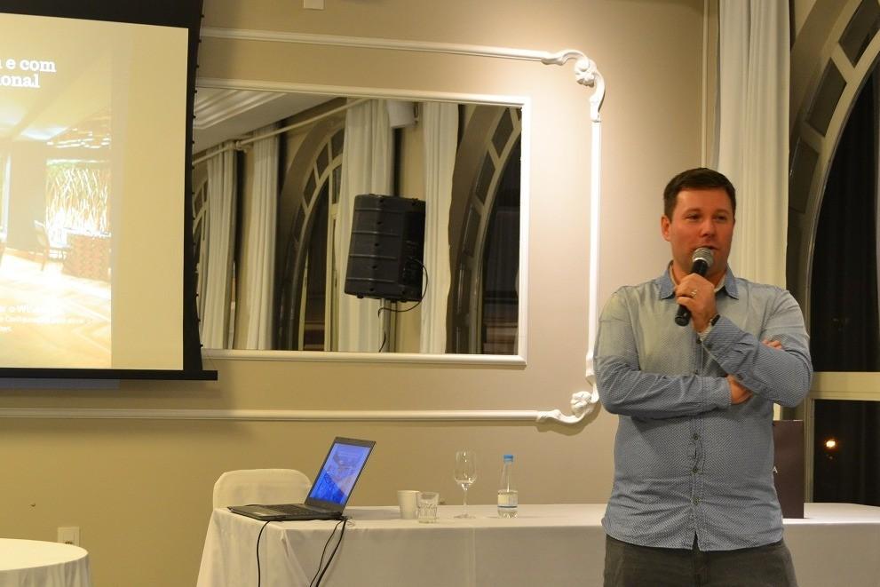 Foto Felipe Peccin palestra para o Clube de Excelência
