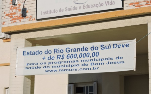 Faixa na frente do hospital diz que Estado deve mais de 600 mil para o município