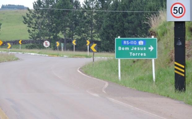 Antes do trevo, placa indica Torres como destino pela ERS 110 e depois pela ERS 453, a Rota do Sol