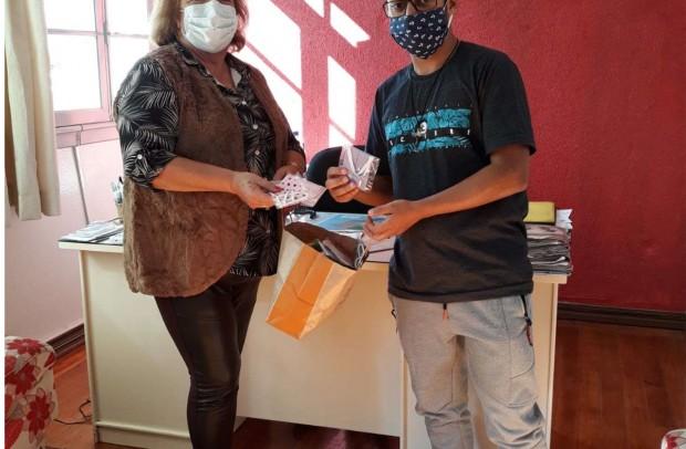 Secretária Niza recebendo do Gilnei Santos doação do projeto Máscaras do Bem em Ação para serem usadas pelos servidores