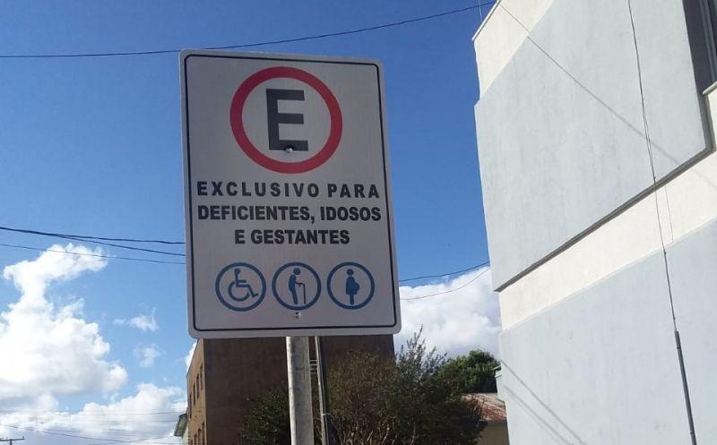 Foto de capa da notícia Administração sinaliza vagas especiais de estacionamento