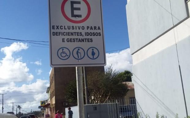 Foto de capa da notícia: Administração sinaliza vagas especiais de estacionamento