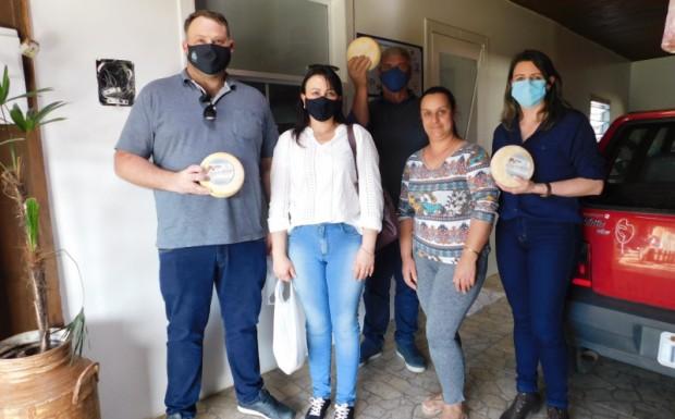 Foto de capa da notícia: Comitiva de Ipê conhece como é o trabalho de inspeção sanitária do queijo serrano em Bom Jesus