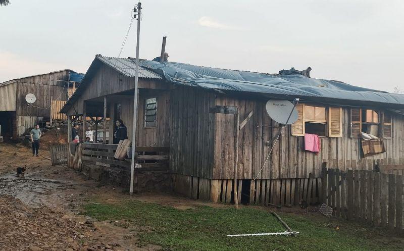 Foto de capa da notícia Administração distribui lonas a moradores atingidos por temporal no Arrepio e Hortêncio Dutra