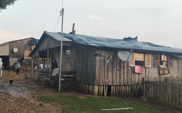 Foto de capa da notícia: Administração distribui lonas a moradores atingidos por temporal no Arrepio e Hortêncio Dutra