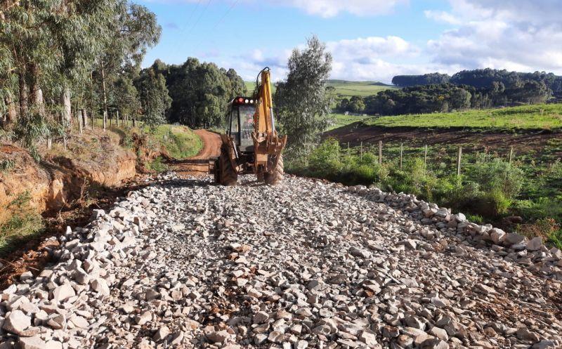 Foto de capa da notícia Secretaria de Obras realiza melhorias na estrada da Casa Branca