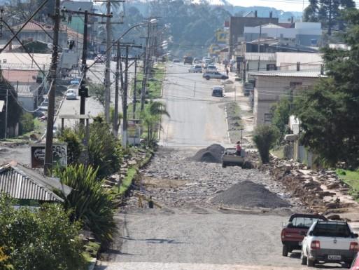 Foto de capa da notícia: Asfaltamento da avenida tem prosseguimento