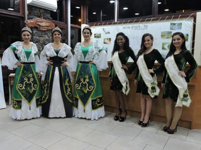 Foto de capa da notícia Soberanas da festa da gila e do queijo apresentam trajes