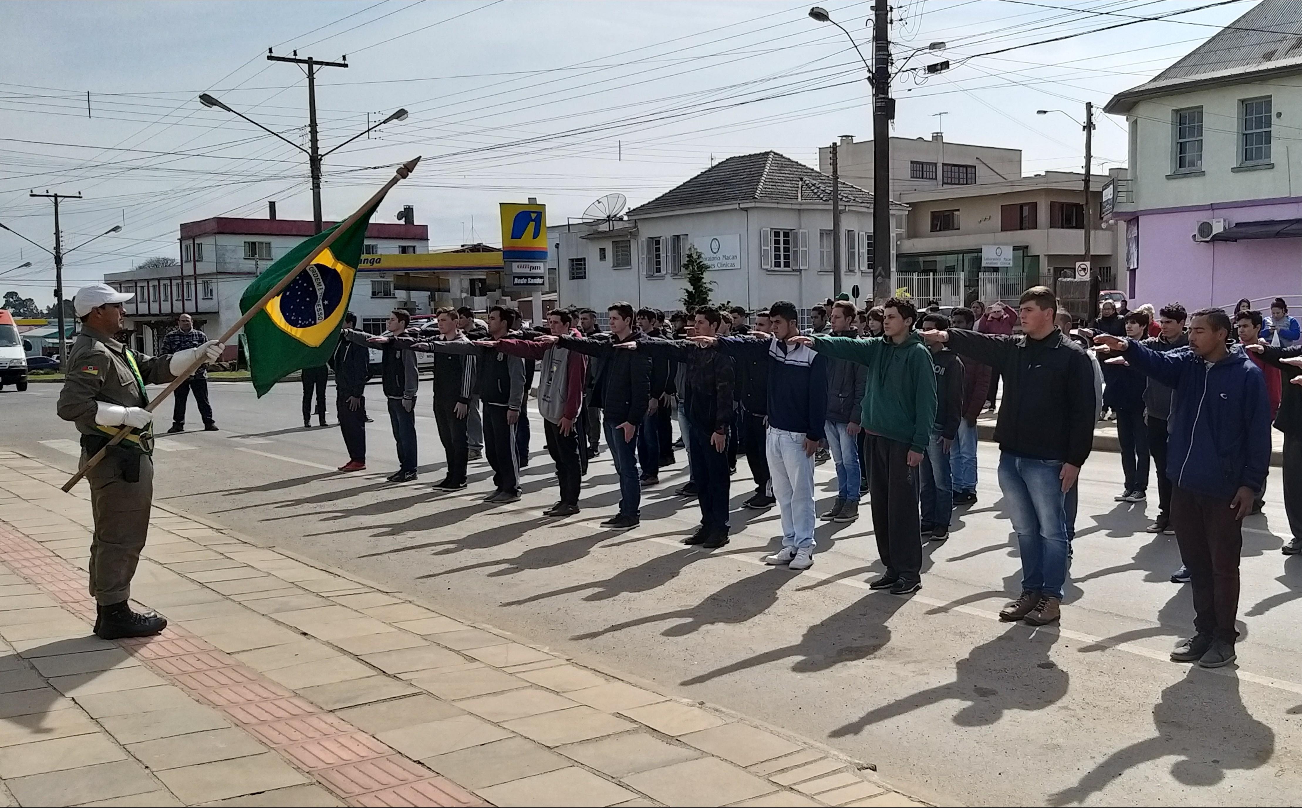 Foto de capa da notícia: Juramento à Bandeira Classe de 2001