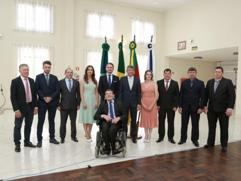 Foto de capa da notícia: Prefeito, Vice-prefeito e Vereadores tomam posse
