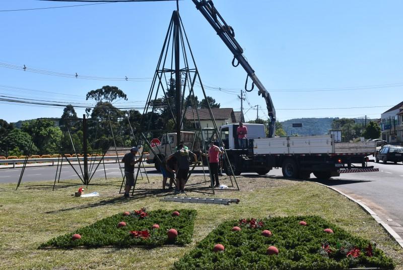 Foto de capa Decoração do Natal no Jardim da Serra Gaúcha 2020 começa a ser instalada em Nova Petrópolis