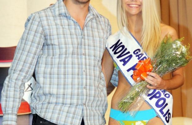 Secretário Adjunto de Turismo de Nova Petrópolis Rodrigo dos Santos fez a entrega da faixa.