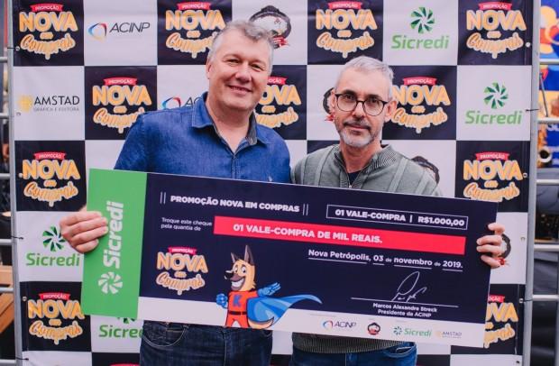 Ricardo Lawrenz com o vencedor Giovani Medeiros Silveira   Crédito: Jei Heydt