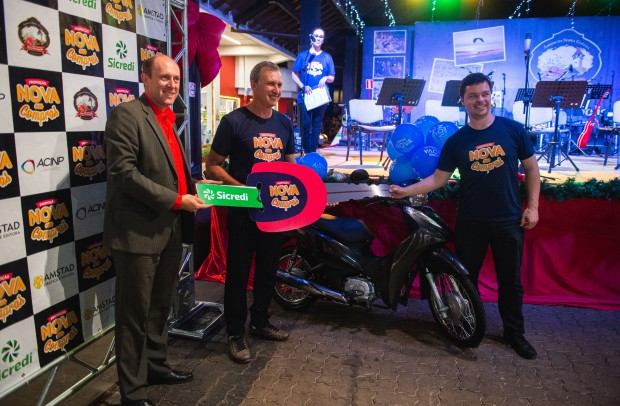 Entrega da moto 0km para o vencedor Gerson Henrique Neumann | Foto: Mauro Stoffel