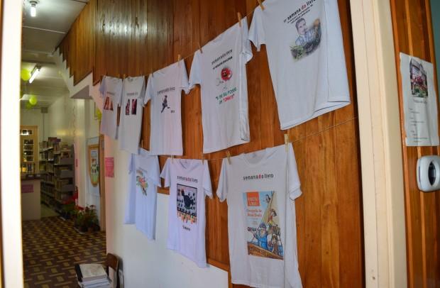 Exposição das camisetas das últimas edições da Semana do Livro - Crédito das fotos: Jordana Kiekow | Comunicação PMNP