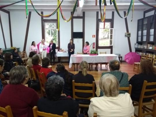 Foto de capa da notícia: Outubro Rosa motiva oficina de amarração de lenços em Nova Petrópolis