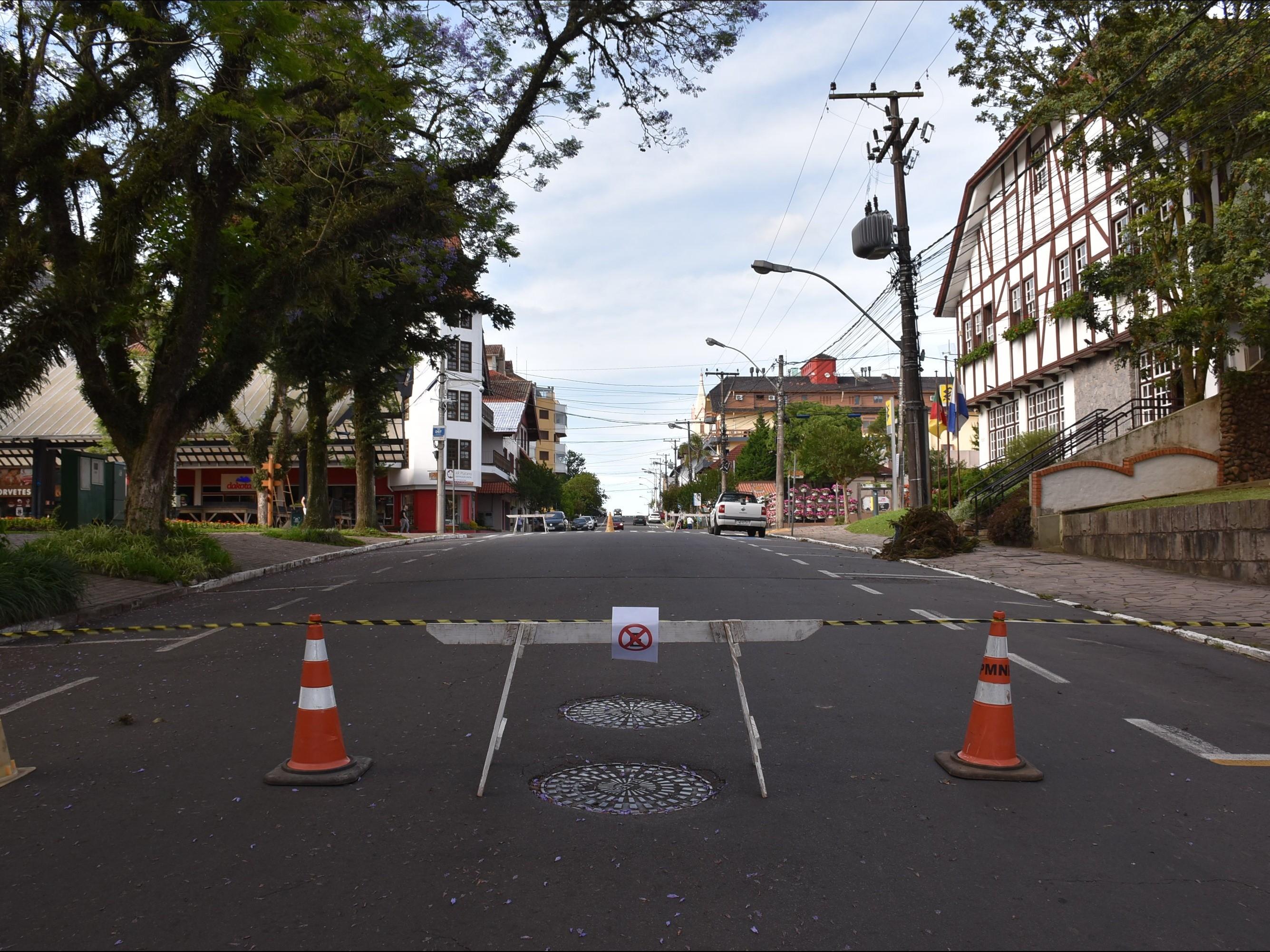Foto de capa da notícia: Montagem de estrutura para o Natal no Jardim da Serra Gaúcha altera trânsito em Nova Petrópolis