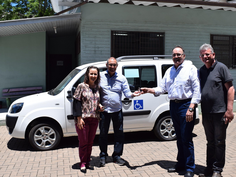 Foto de capa da notícia: Secretaria de Saúde e Assistência Social de Nova Petrópolis recebe veículo para transporte de cadeirantes