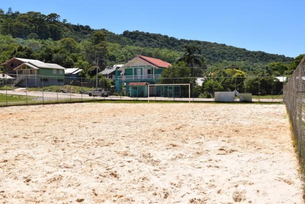 Foto de capa da notícia: Administração realiza melhorias em quadras de areia de praças do Município