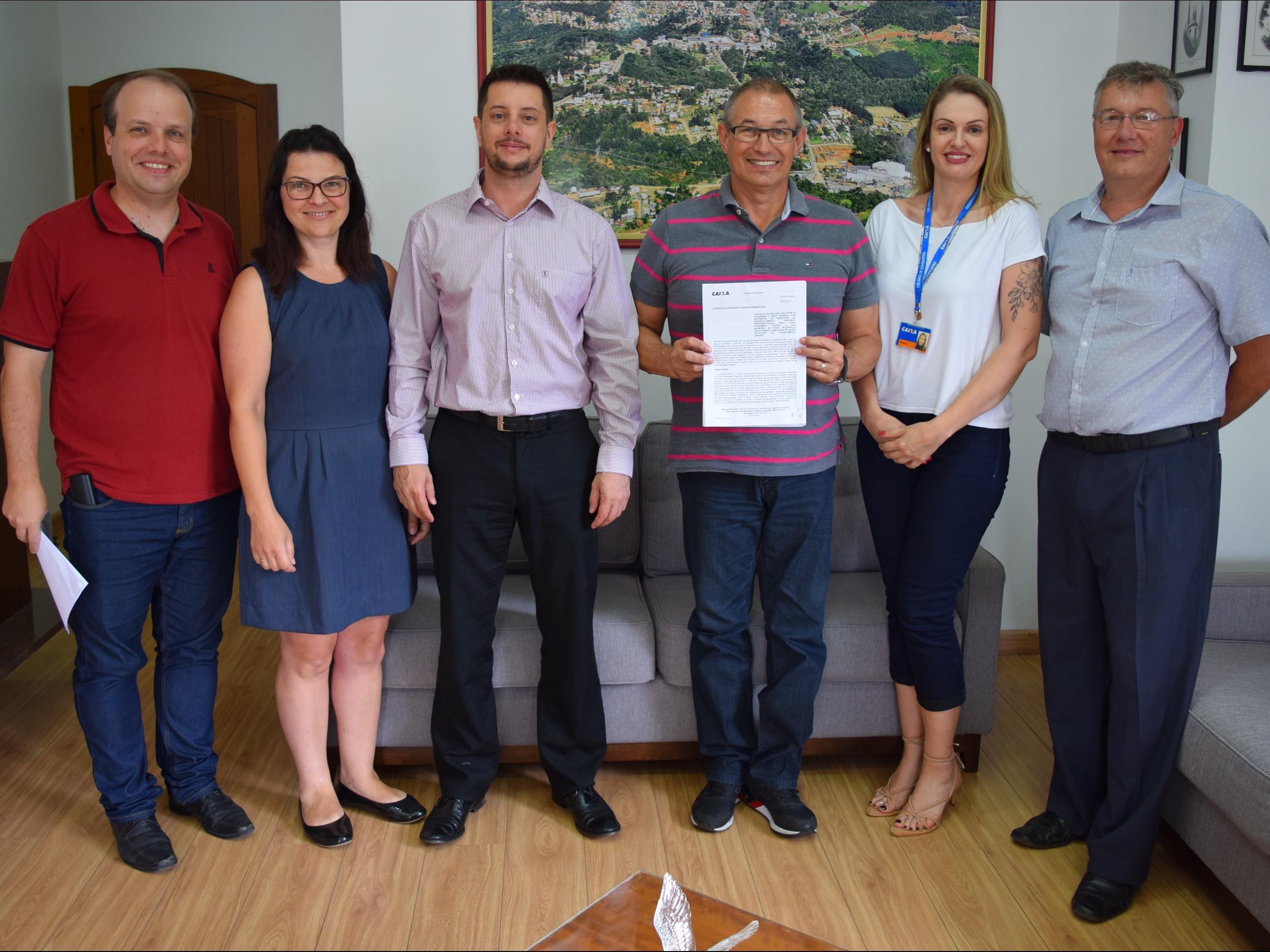 Foto de capa da notícia: Município e Caixa Econômica Federal firmam contrato para recapeamento asfáltico