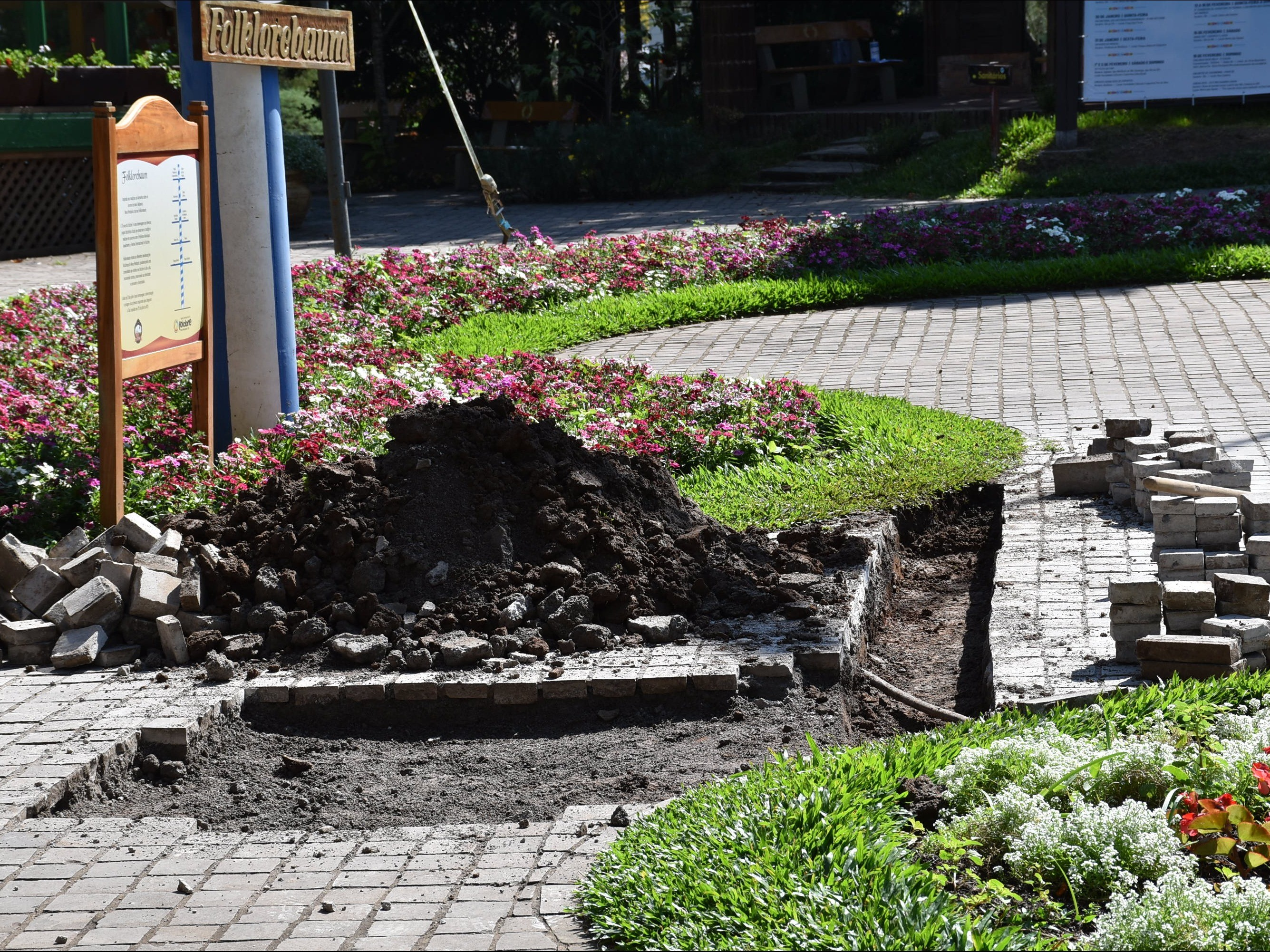 Foto de capa da notícia: Praça das Flores e Rua Coberta recebem obra de drenagem para escoamento da água