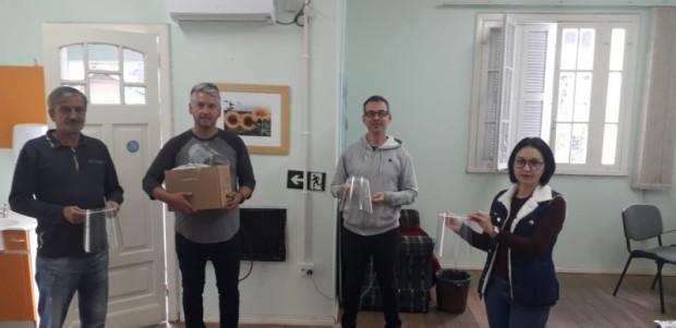 Foto de capa da notícia: Profissionais de saúde de Nova Petrópolis recebem doação de 60 protetores faciais
