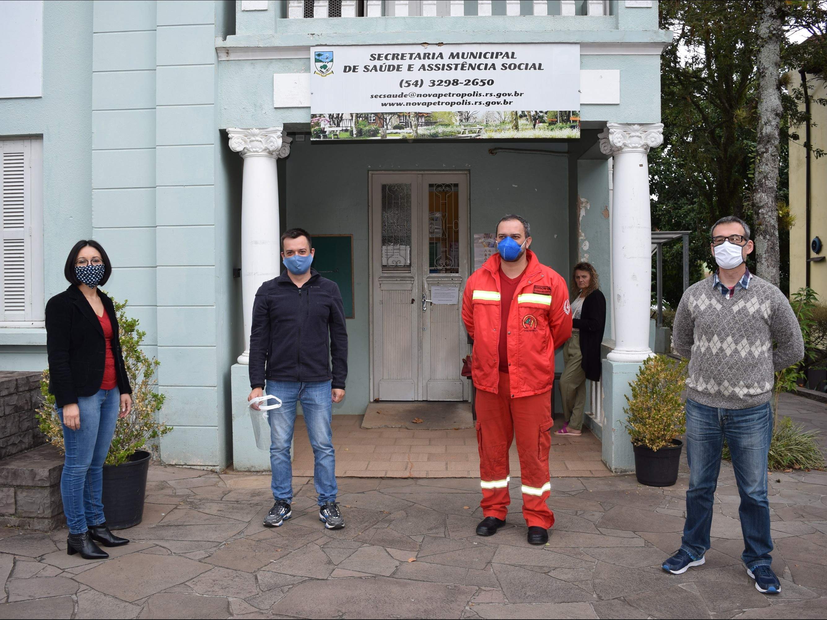 Foto de capa da notícia: Secretaria de Saúde e Bombeiros Voluntários de Nova Petrópolis recebem doação de 40 protetores faciais