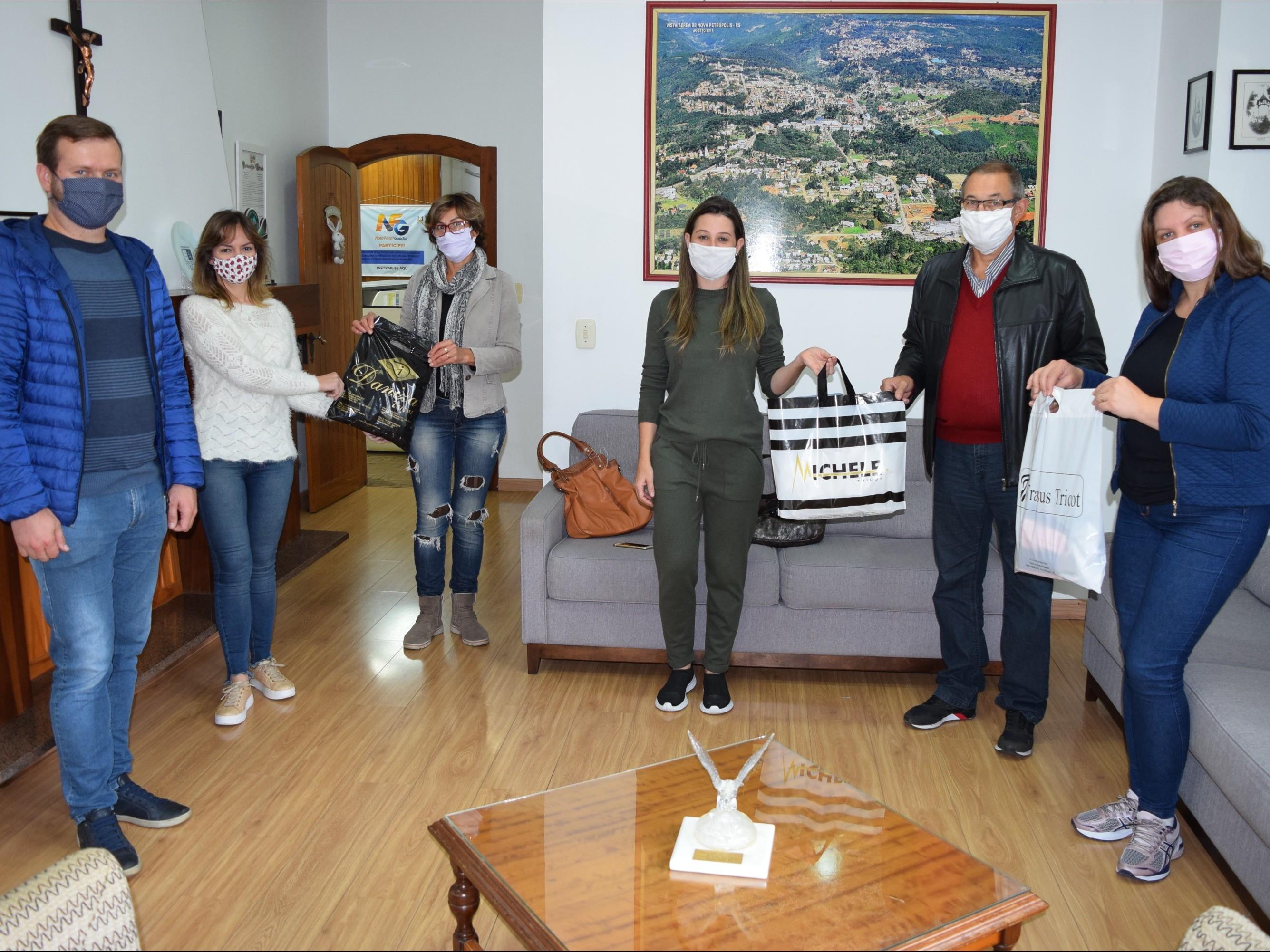 Foto de capa da notícia: Malharias de Nova Petrópolis doam máscaras à Administração Municipal