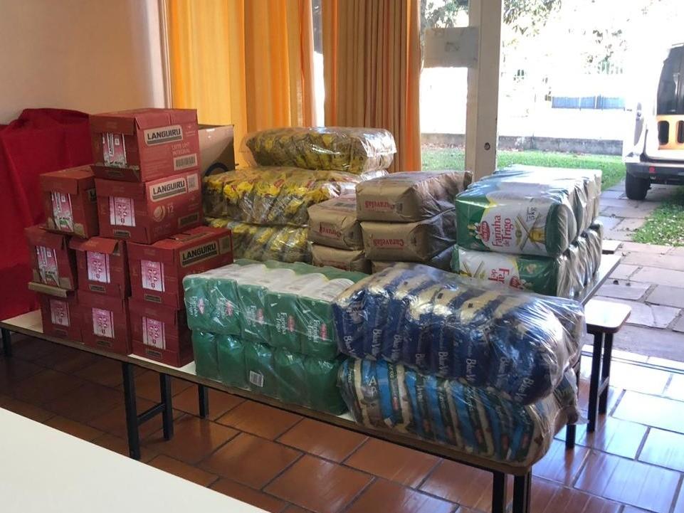 Foto de capa da notícia: Loja de chocolates doa meia tonelada de alimentos ao CRAS